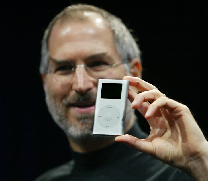 ▲賈伯斯拿著 2004 年的 iPod,Lou Dematteis/REUTERS
