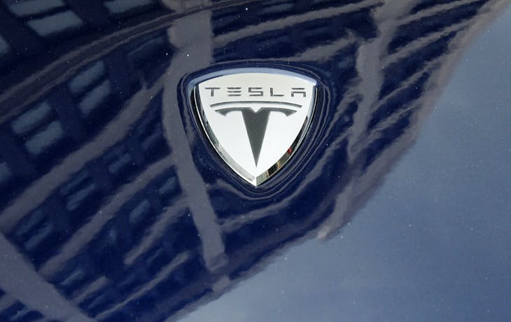 A logo of Tesla Motors on an electric car model is seen outside a showroom in New York June 28, 2010. Electric carmaker Tesla Motors raised the number of shares it will sell in its initial public offering by 20 percent, an early sign that investor interest in the startup is strong.   REUTERS/Shannon Stapleton   (UNITED STATES - Tags: TRANSPORT BUSINESS) - GM1E66T0CW001